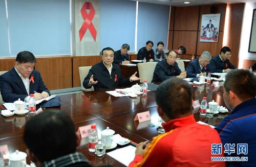 11月26日,在世界艾滋病日到来前夕,中共中央政治局常委、国务院副总理、国务院防治艾滋病工作委员会主任李克强在北京与防治艾滋病民间组织、有关国际组织的代表座谈。新华社记者 马占成 摄
