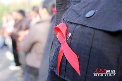 合肥市蜀山组织登山健身宣传艾滋病日(组图)