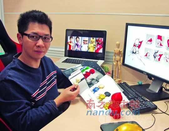 邱浩海展示自己的作品